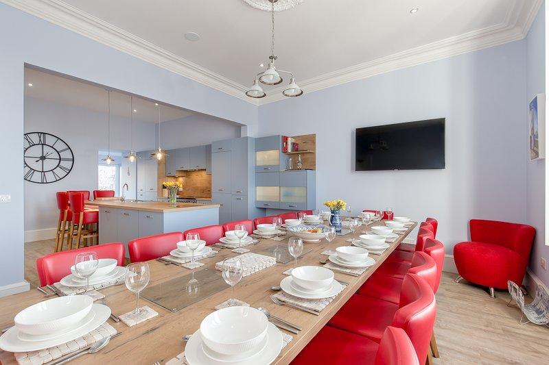 Hermosa cocina comedor recién equipada en Carlton House