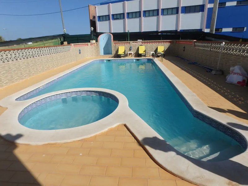 Apartment with shared pool, vakantiewoning in Ferragudo