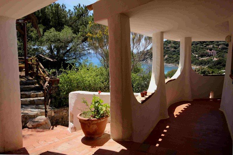 Grande villa singola con vista mare, molto curata, WiFi,4 camere + 4 bagni (8p.), location de vacances à Torre delle Stelle