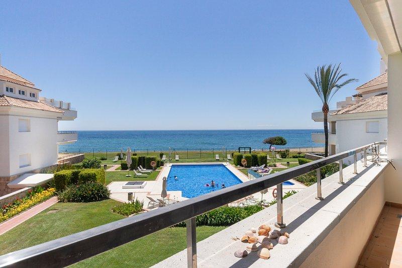 Beautiful apartment in Heaven beach with a heated pool, Estepona, location de vacances à Cancelada