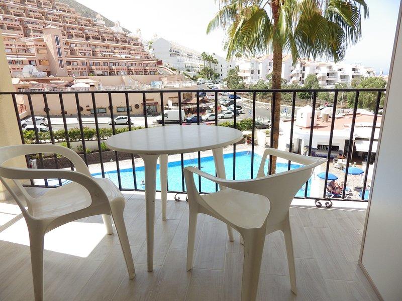 Pool view studio in Los Cristianos, holiday rental in Los Cristianos
