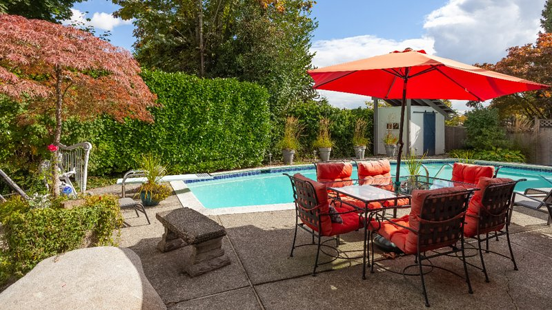 Coquitlam's Starlight Suite!  2 bdrm with pool, internet and cable, vakantiewoning in Port Coquitlam