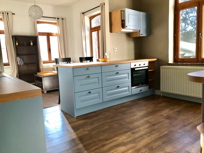 ☆Fully Renovated Guest House on Castle Grounds☆, vacation rental in Groot-Gelmen