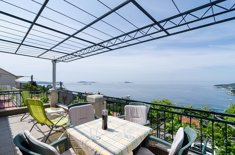 Holiday Home Bender- Three Bedroom Holiday Home with Terrace and Sea View, holiday rental in Mlini