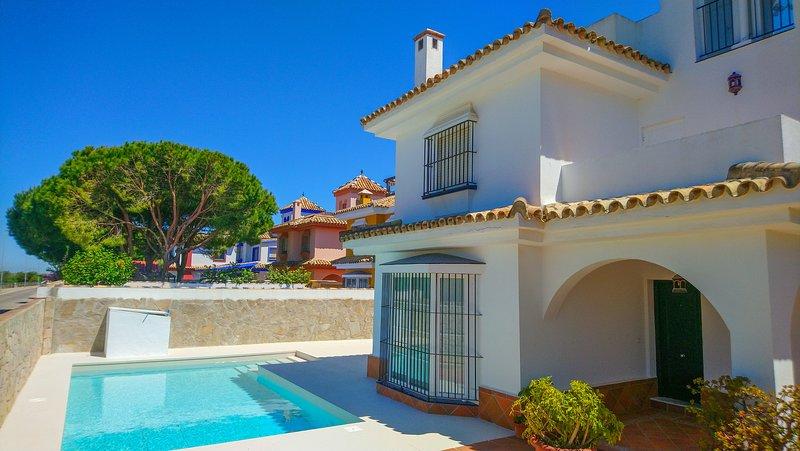 Ocean front villa with private pool, alquiler de vacaciones en Novo Sancti Petri