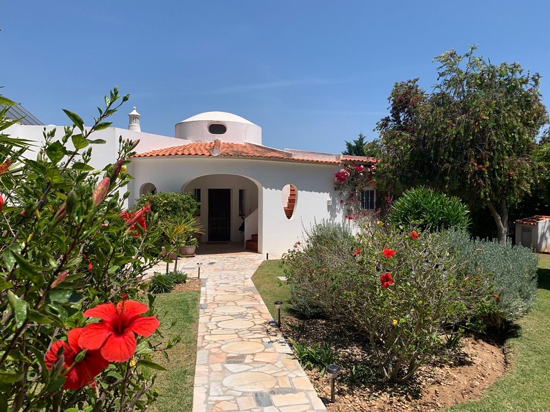Holiday Villa with swimming pool in Acoteias Olhos De Aqua, vacation rental in Olhos de Agua
