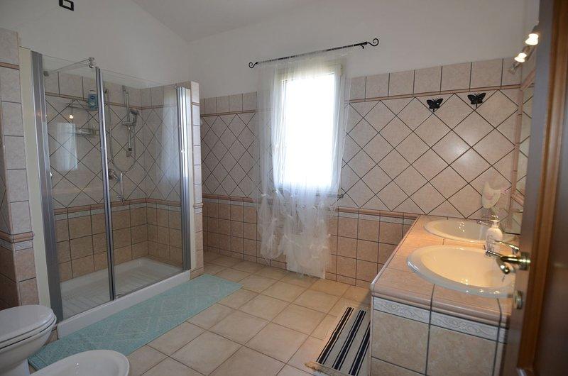 """Porto pino """"Casa del Mar"""" appartamento 1"""" piano In  villa con giardino, vacation rental in Masainas"""