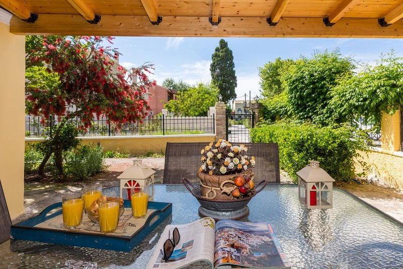 Traditional countryside house with spacious garden, holiday rental in Evropouli