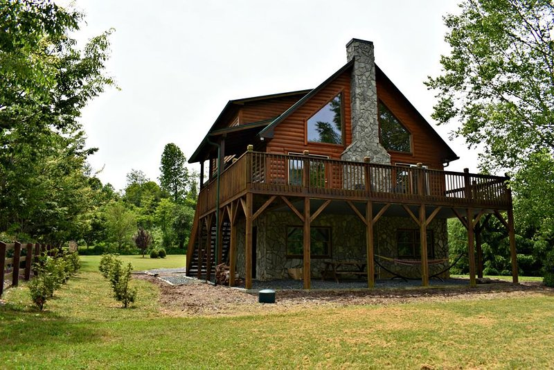 Waters Edge-Riverfront, Pet Friendly, Flat, Large Yard, Fire Pit, WIIF, Fireplac, vacation rental in Laurel Springs