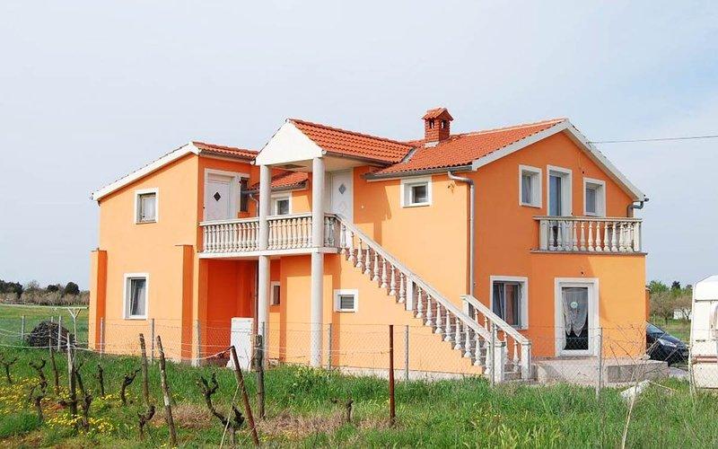 Apartamento no primeiro andar com varanda privada / apartamento no primeiro andar com varanda privada