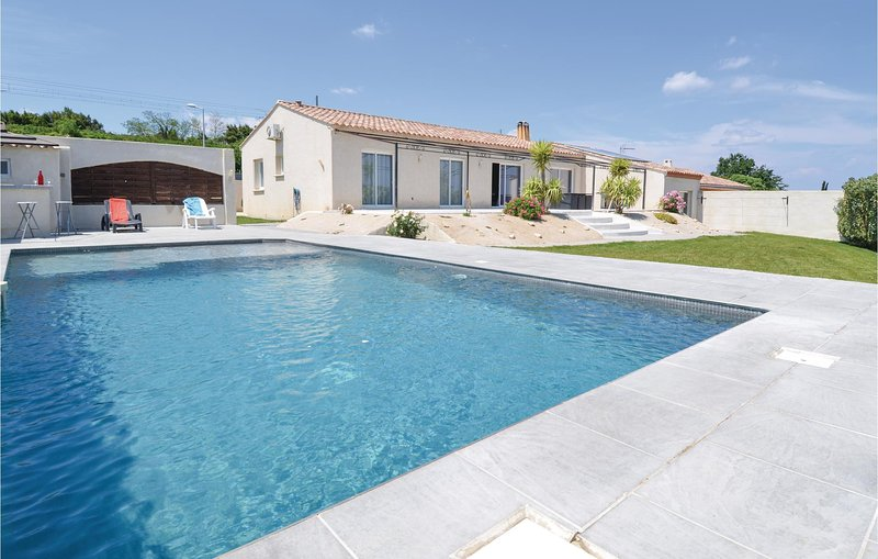 Beautiful home in Sernhac with WiFi, Outdoor swimming pool and 4 Bedrooms (FLG52, aluguéis de temporada em Montfrin