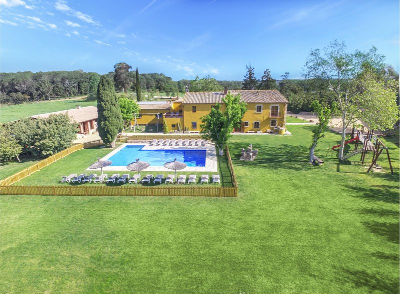 Magnificent villa- 15 bedrms- XXL Pool -Panoramic view - Costa brava & Barcelona, holiday rental in Vilobi d'Onyar