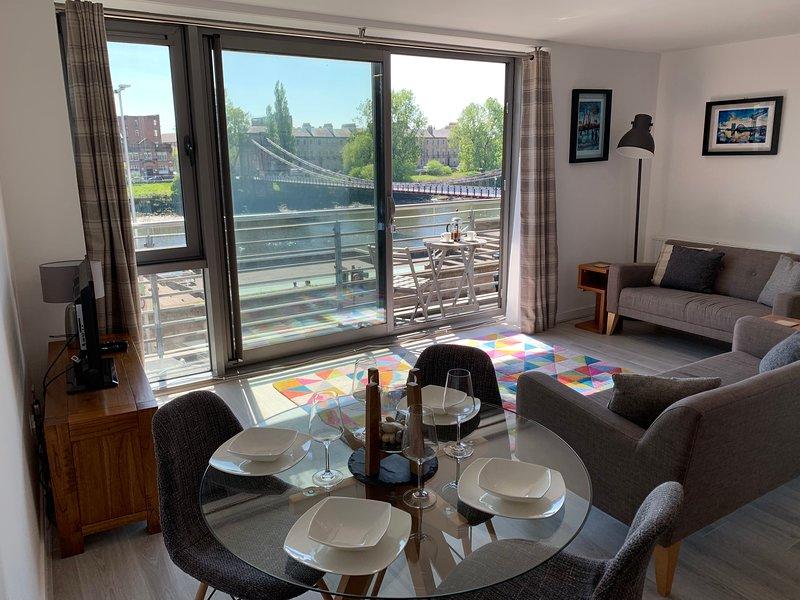 Clyde Waterfront 2 bedroom Apartment (balcony overlooking River Clyde), location de vacances à Giffnock