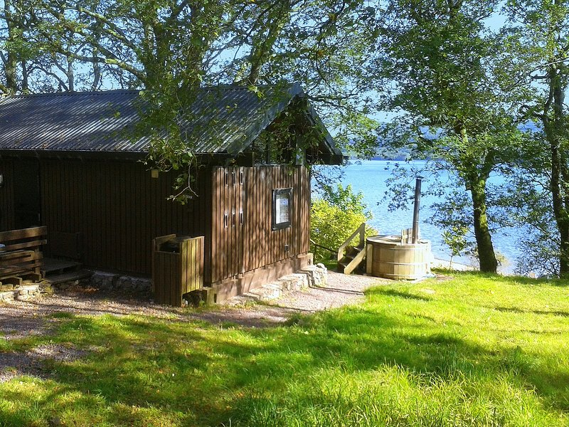Sloy Cabin, with wood fuelled hot tub, vacation rental in Kilchrenan