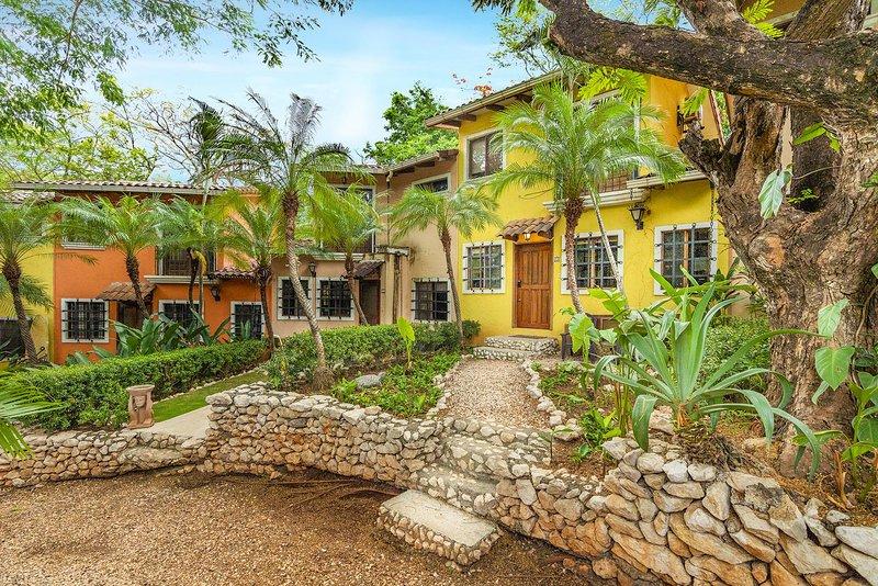 Remodeled 1 Bedroom town house in Tamarindo!, holiday rental in Playa Langosta
