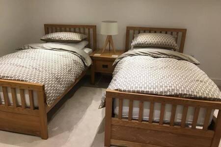 I letti singoli con biancheria da letto di lusso e supercomfy