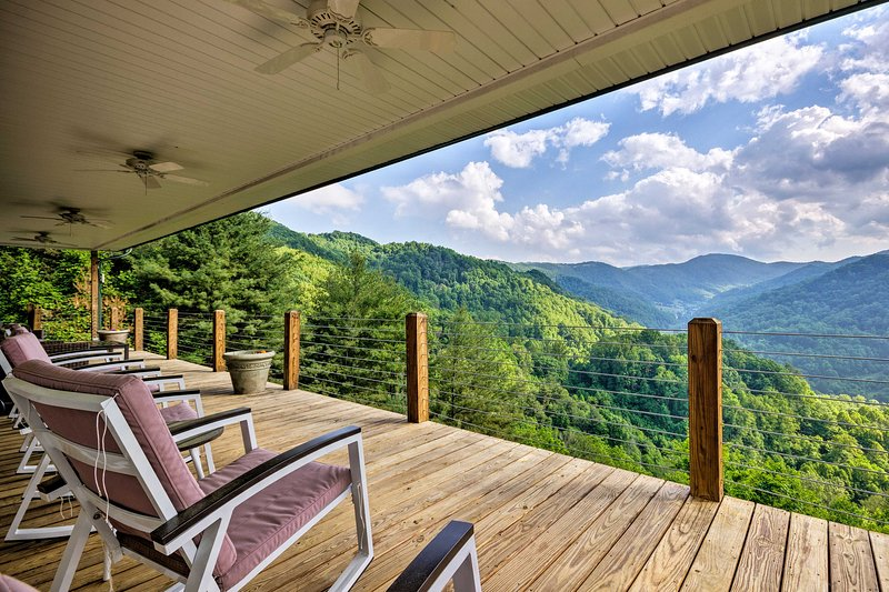 Private Blue Ridge Home w/Mountain Views & Hot Tub, holiday rental in Marshall