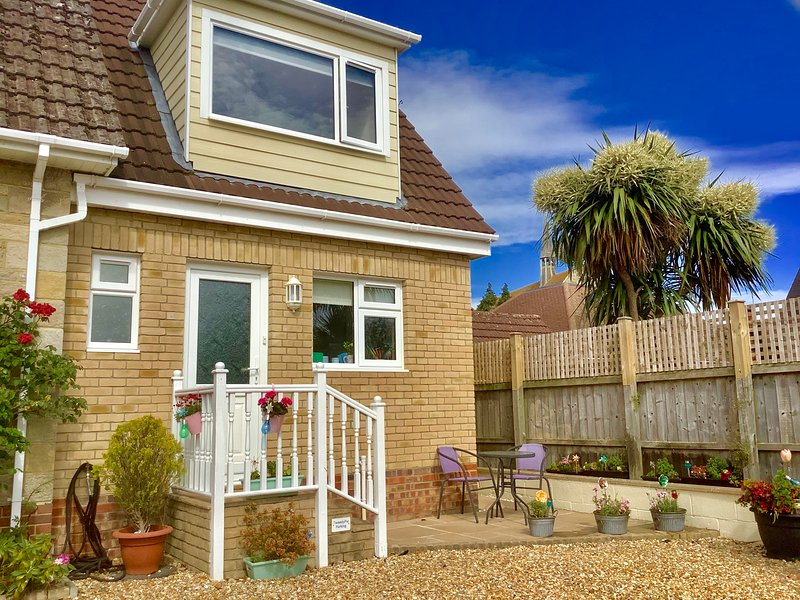FANTASTIC Holiday home in Sandown (Private Entrance) close to beach with garden, casa vacanza a Sandown