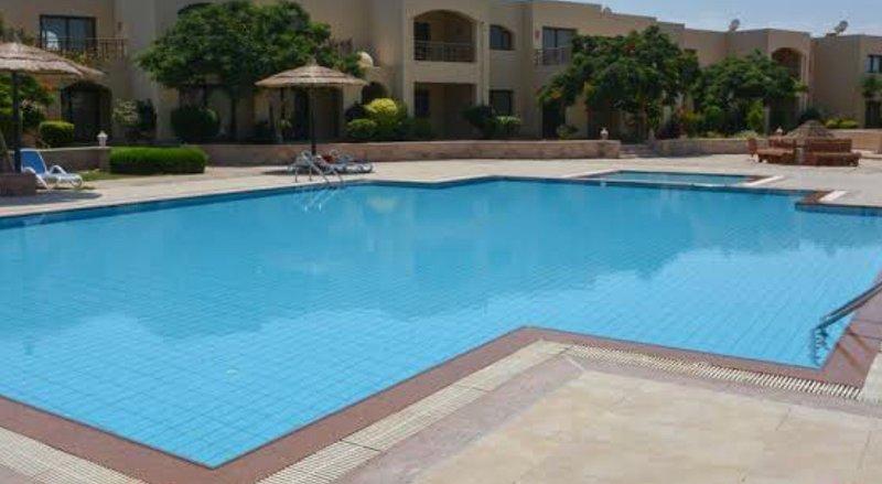 La piscina cruza desde el piso.