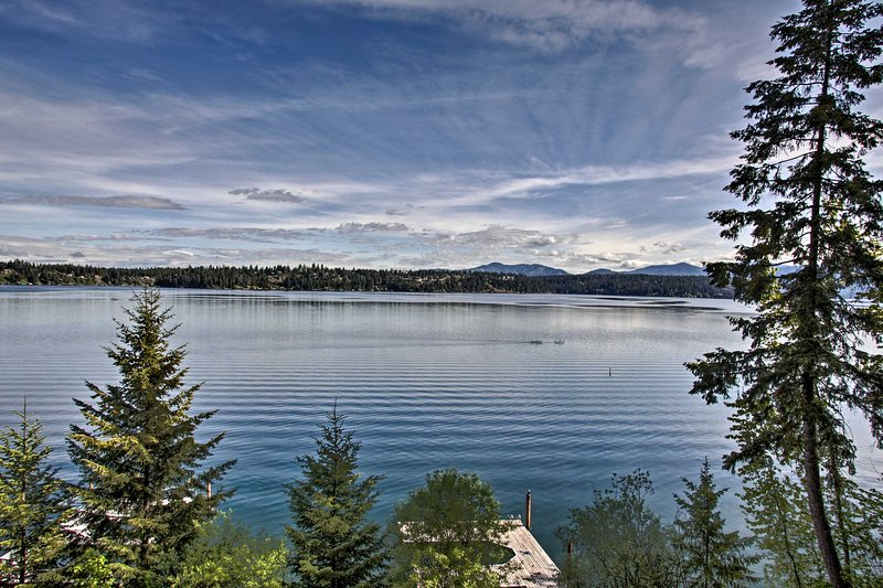 Hillside Home w/Dock, 10 Min to Coeur d'Alene, holiday rental in Hayden Lake