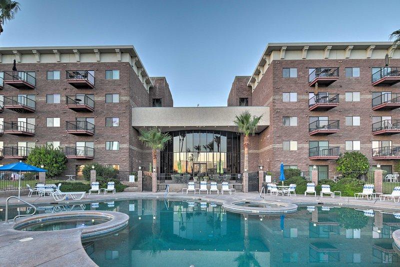 Queens Bay Resort Condo: Walk to Golf, Pool, Beach, holiday rental in Lake Havasu City
