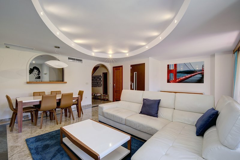 Lovely townhouse walking distance to the beach, vacation rental in Estepona
