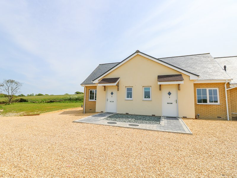 6 YARMOUTH COTTAGES, hot tub, country views, open-plan, near Freshwater, vacation rental in Freshwater