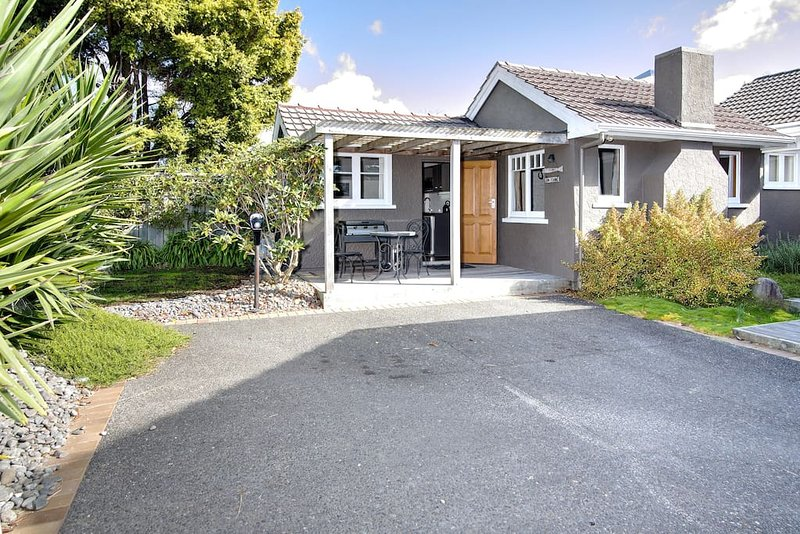 Willow Rest Cottage, Lake Rotorua, vacation rental in Tikitere