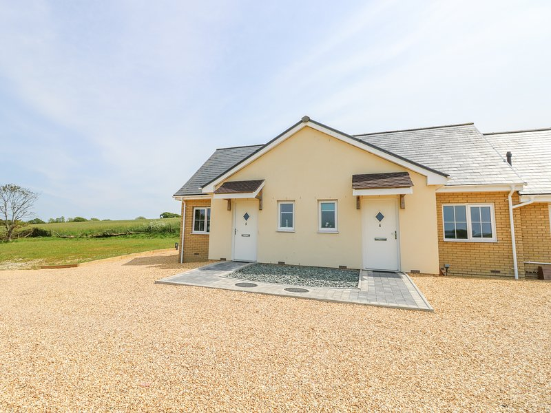 5 YARMOUTH COTTAGES, country views, open-plan, modern interior, near Freshwater, vacation rental in Freshwater