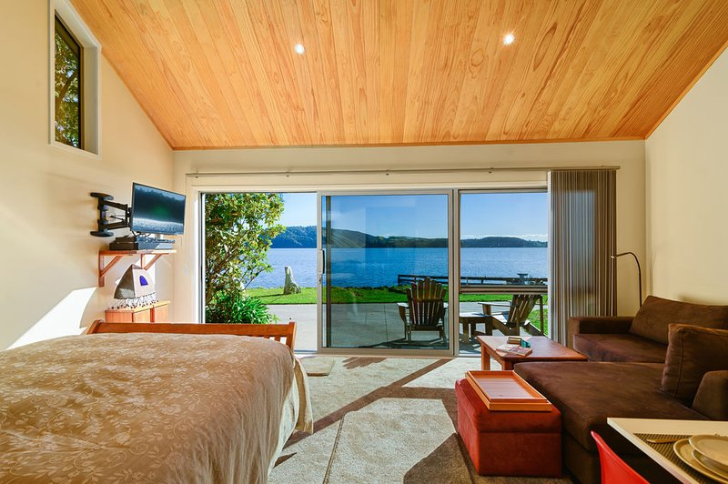 Rotorua Lakes Luxury Bed and Breakfast Lake Edge with Family Dinners available., vacation rental in Rotorua District