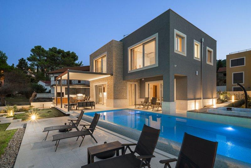 Beachfront Villa Grey Martini with Pool, aluguéis de temporada em Slatine