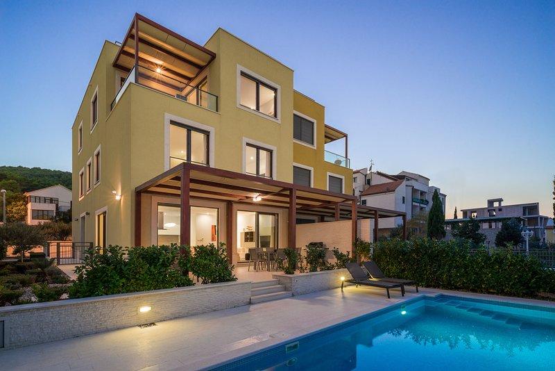 Beachfront Villa Lemonade with Pool II, aluguéis de temporada em Slatine