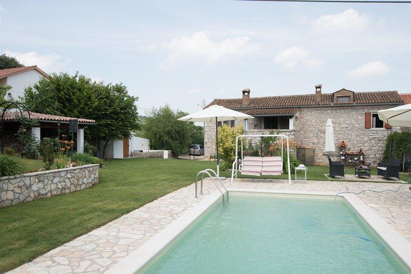Villa Elda in sasso con piscina ,jacuzzi e grande giardino per famiglie, animali, holiday rental in Motovun