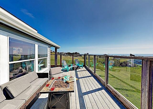 Stunning Bodega Bay Oasis w/ Ocean Views, Fire Pit & 2 Decks, Walk to Beach, location de vacances à Bodega Bay