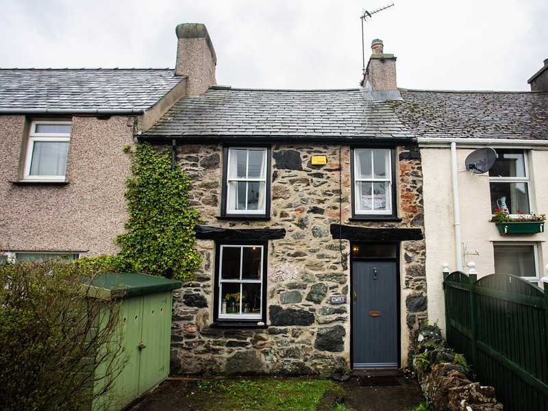 CWRT COTTAGE, 3 Bedroom(s), Pet Friendly, Newborough, holiday rental in Dwyran