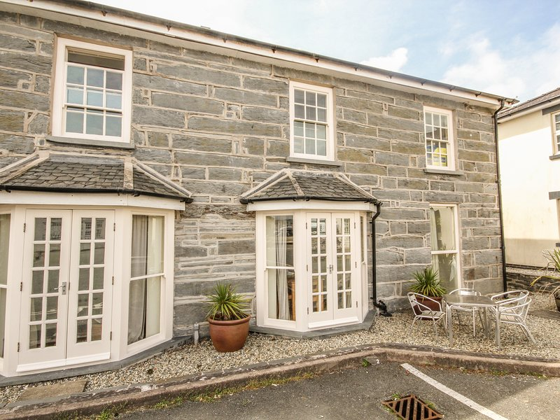 BWTHYN LLECHEN, 2 Bedroom(s), Pet Friendly, Porthmadog, holiday rental in Porthmadog