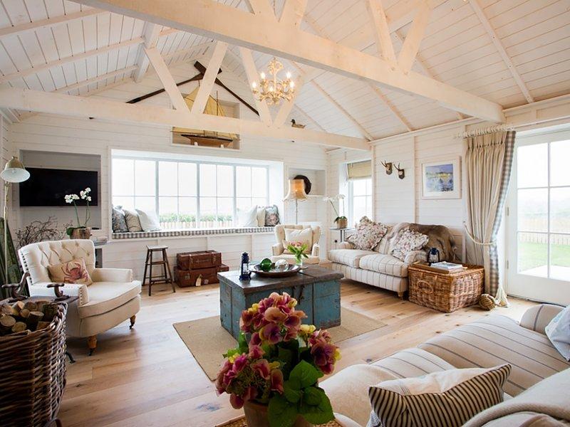 LLIGWY BEACH COTTAGE, 3 Bedroom(s), Pet Friendly, Dulas, holiday rental in Moelfre