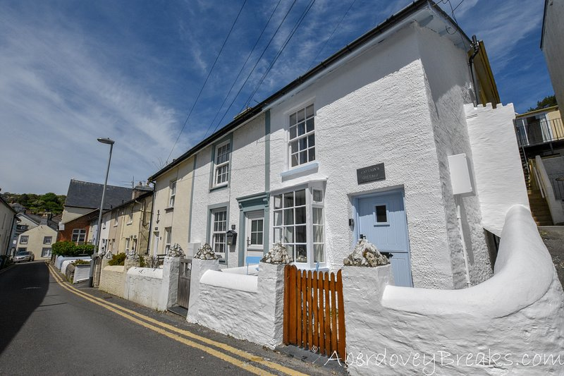2 Bedroom Cottage, Sleeps up to 4 persons and is Pet Friendly, Central Aberdovey, holiday rental in Aberdovey