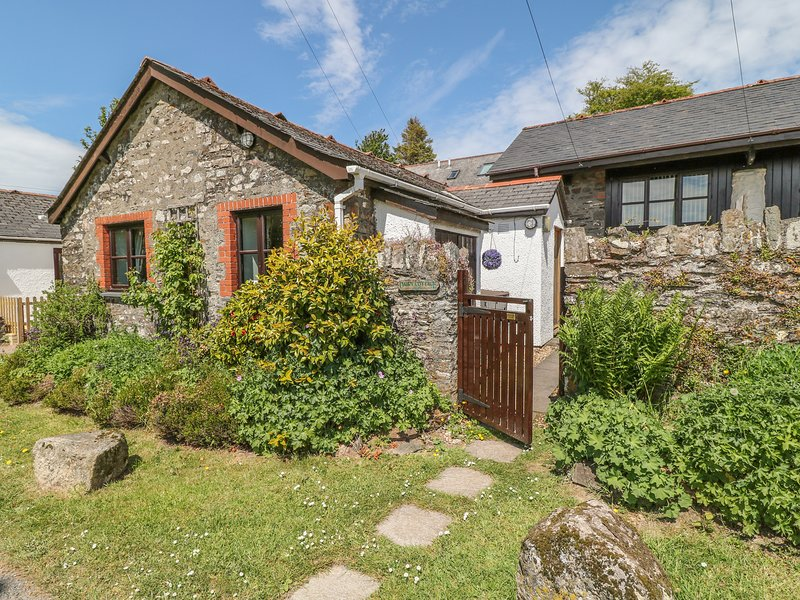 DAIRY COTTAGE, open-plan living, terrace, electric fire, near Dulverton, holiday rental in Dulverton