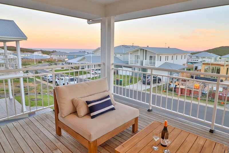 Illaroo at Catherine Hill Bay - stunnings hamptons style home, WiFi and smart TV, vacation rental in Lake Macquarie