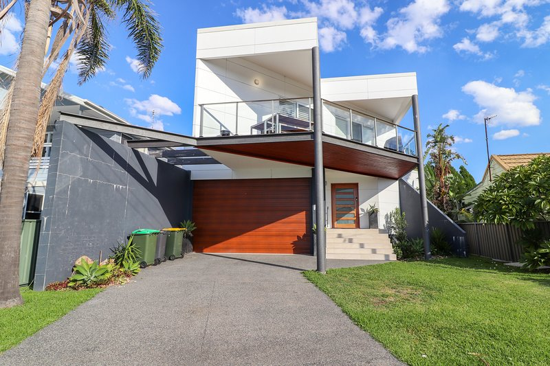 Bali Street Beach House - large 4 bed home - walk to the Beach, vacation rental in Lake Macquarie