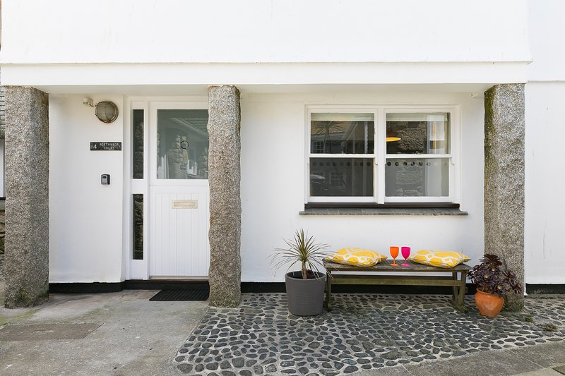 4 Porthmeor Court, Central St Ives, Sleeps 6 with Private Parking, vacation rental in St Ives