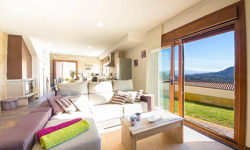 Campano Villa Sleeps 10 with Pool - 5798297, vakantiewoning in Combarro