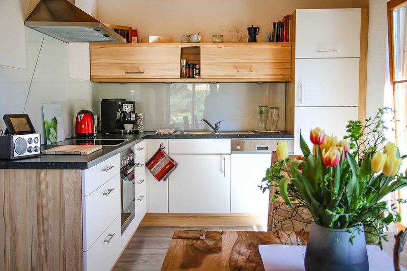 Volledig ingerichte keuken met volledig automatische koffie-, thee- en koffiebar, biologische thee, raclette, vriezer