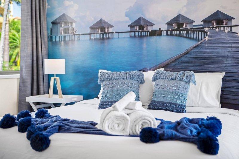 Cómoda cama King de felpa, esta habitación definitivamente te hará relajarte.