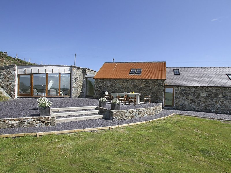 RHYD ANGHARAD BARNS, 4 Bedroom(s), Pet Friendly, Rhydwyn, vacation rental in Rhydwyn