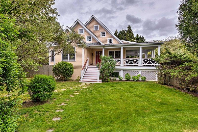 La exquisita propiedad está ajardinada y mantenida profesionalmente.