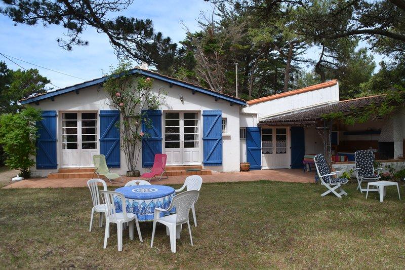 Grande villa familiale proche de la mer avec cuisine d'été, parking et jardin, vacation rental in Vaire