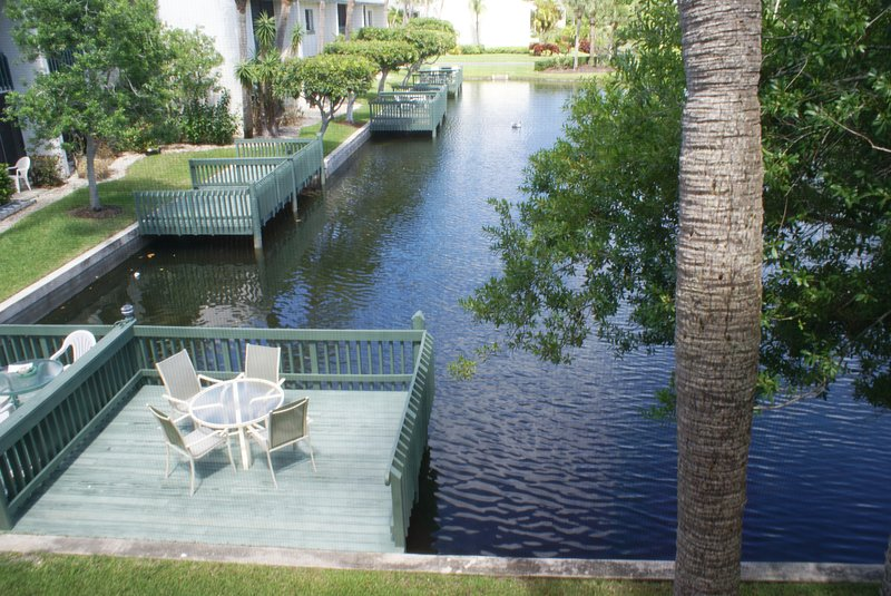 BT 6223 Pond/Fountain View Condo w/Loft-Welcome to Paradise, holiday rental in Hutchinson Island