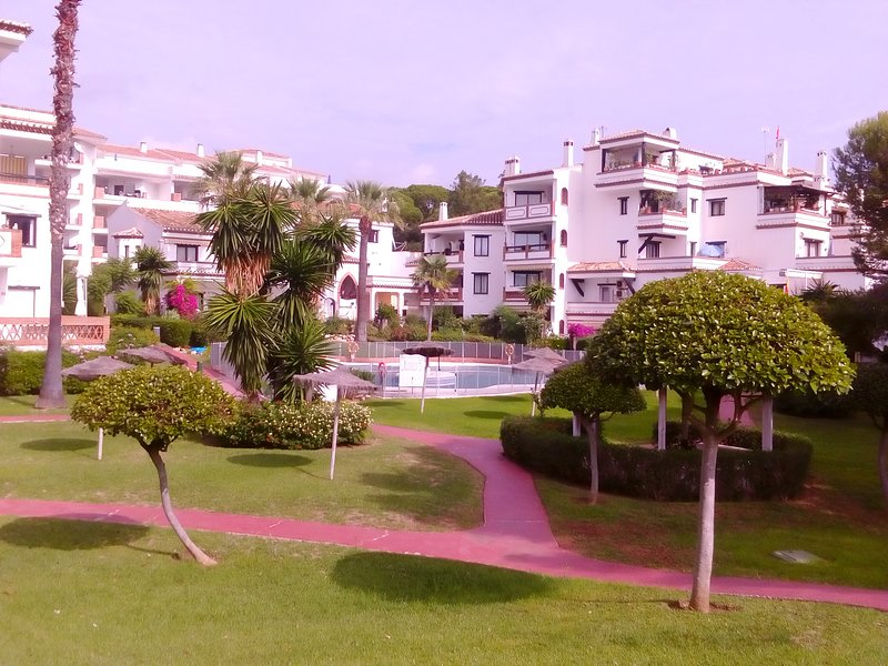 5 MINUTE WALK TO BEACH, BOARDWALK, SHOPS. FAMILY FRIENDLY, 2 SWIMMING POOLS, vacation rental in Sitio de Calahonda